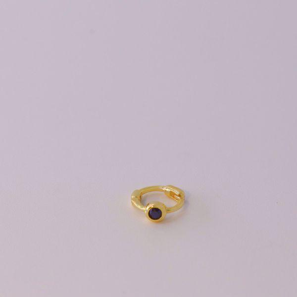 Imagem de black golden huggie earring