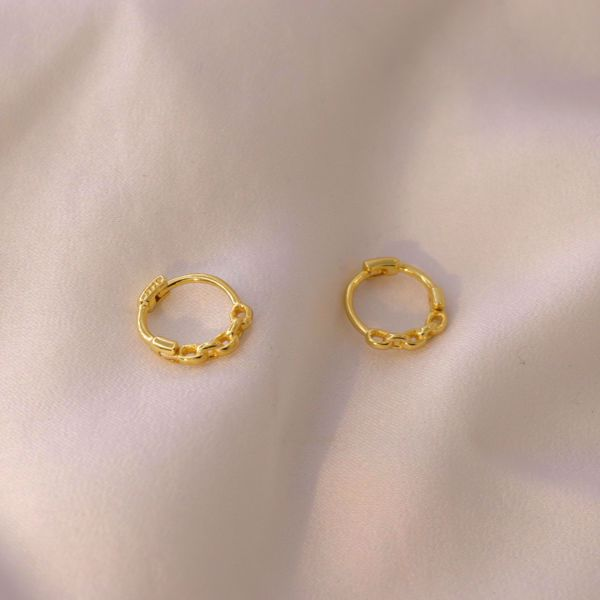 Picture of Chain huggie earring | golden