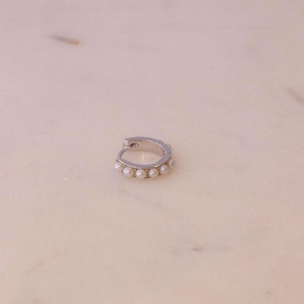 Imagem de Pearls huggie earring | silver