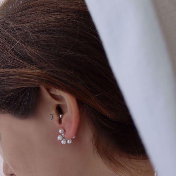 Imagem de Emilie huggie earrings   silver