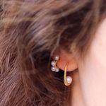 Imagem de Emilie huggie earrings | golden